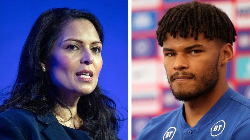 Футболист сборной Англии Тайрон Мингс обвинил ее в лицемерии.