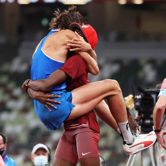Спортсмены празднуют победу