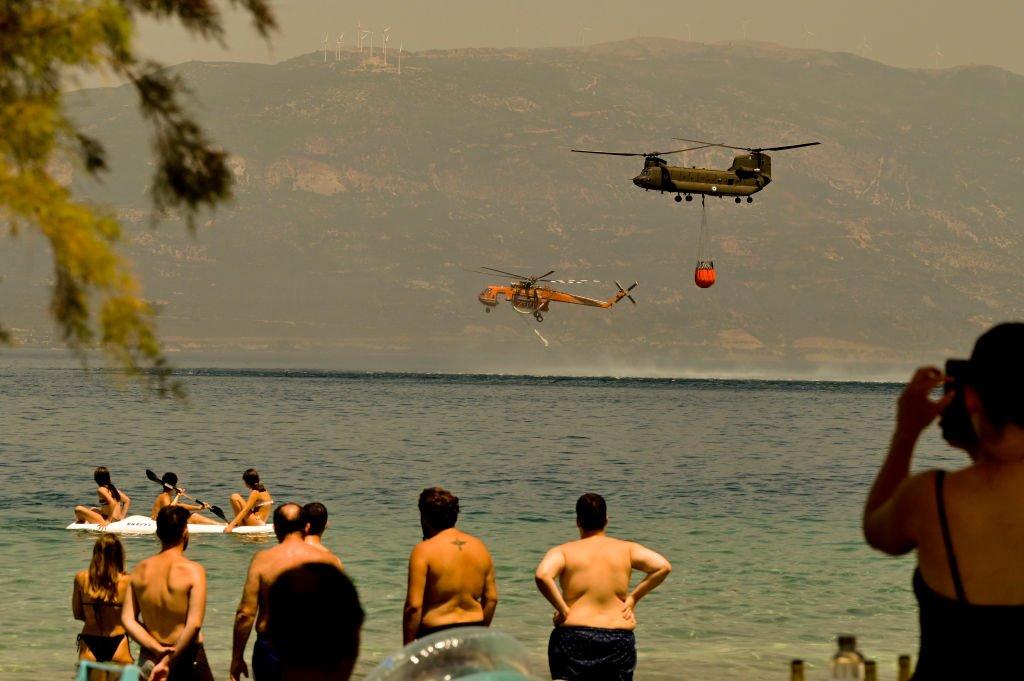 Вертолеты забирают воду для тушения пожаров