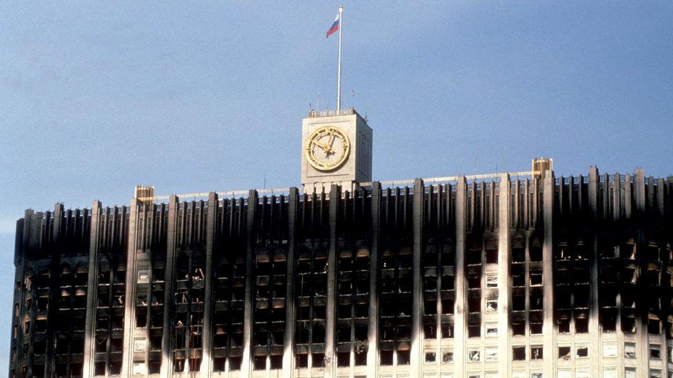Здание российского Белого дома после обстрела (1993 год)