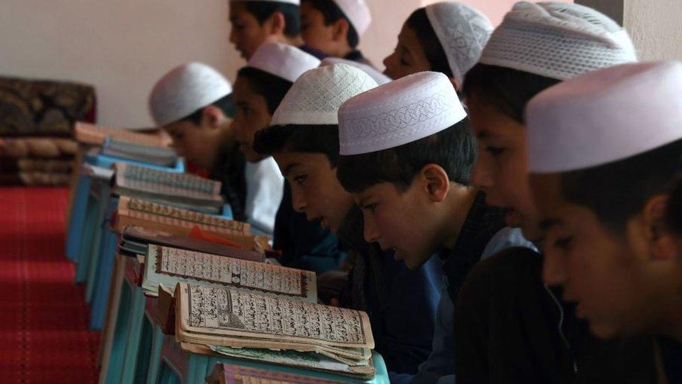 Дети за изучением Корана