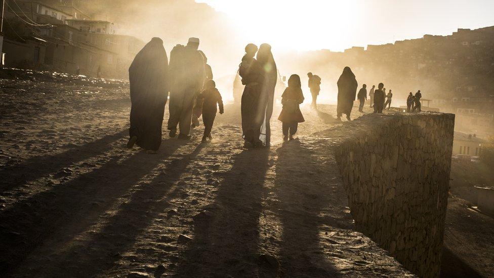 Семьи на пыльной дороге в Кабуле