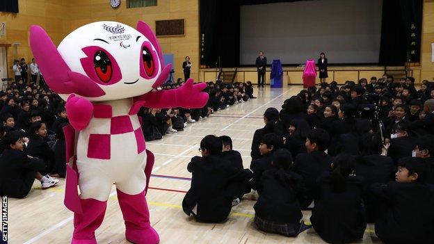 Талисман Паралимпиады Сомейти посещает японскую школу в 2019 году
