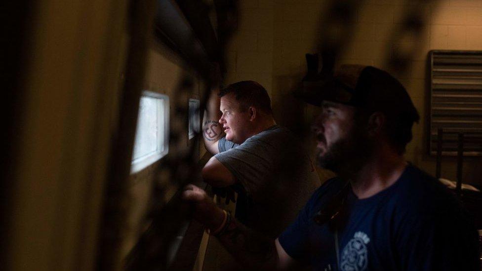 Пожарные наблюдают за ураганом