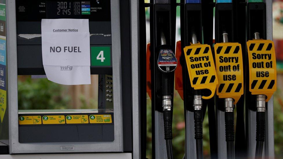 """Надпись """"топлива нет"""" на одной из бензоколонок"""