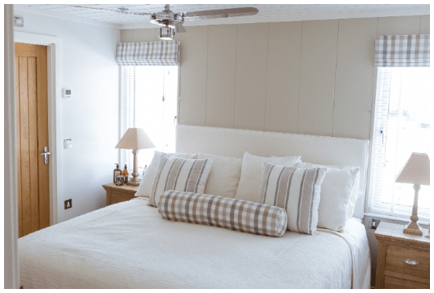 The Bay - Luxury holiday home with a view - bedroom interior photo with side tables and lamps