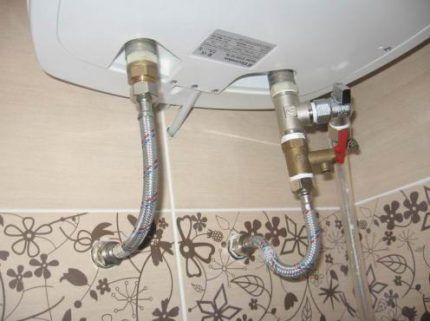 Drenam a água do aquecedor de água