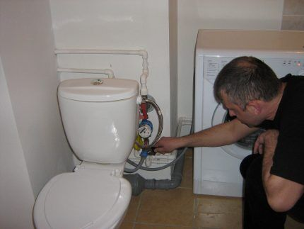Connexion de la machine à un bol de toilette de réservoir