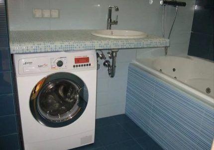 Machine à laver dans la salle de bain
