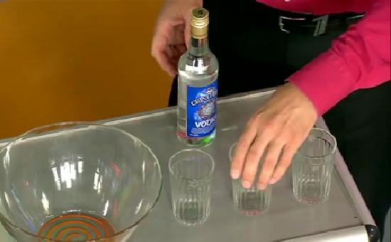 Сообразить на троих: традиции и обычаи дня гранёного стакана