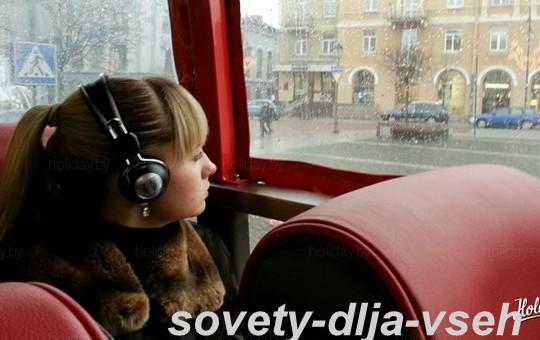 Громкая музыка в наушниках тоже способствует укачиванию