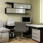 Угловой письменный стол: компактный вариант для небольших комнат