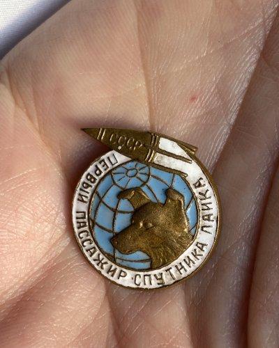 Pin's Laika – Chien Cosmonaute – 1957 – Laiton