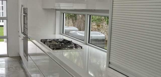 El diseño de cocinas debe evitar la colocación de la estufa junto a cualquier ventana.