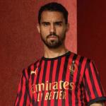 El Milan presenta su nueva camiseta por su 120 aniversario