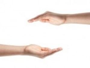 17816959-manos-femeninas-adolescentes-muestra-concepto-de-proteccion-aislado-en-blanco (1)