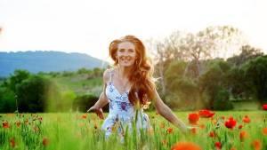moda-estampas-flores-mujer-feliz-getty_CLAIMA20150322_0856_27