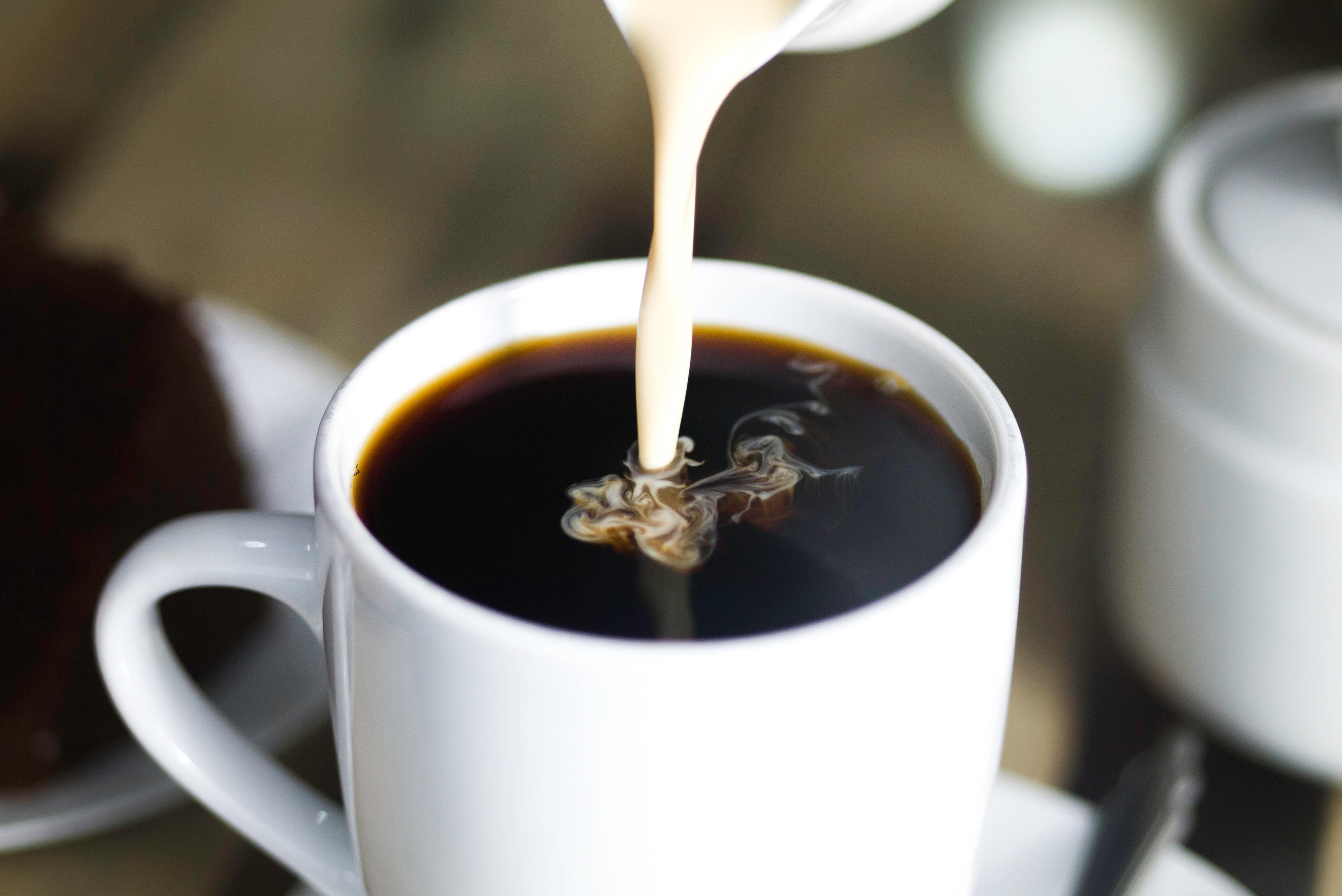 Dejar de tomar café con leche fuera de casa podría significar casi $50,000 pesos más en tu bolsillo en 5 años