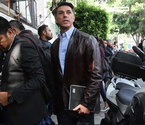 Sergio Mayer comparte links para bajar libros ilegalmente