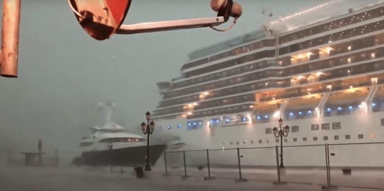 Un crucero pierde el control en medio de una tormenta en Venecia