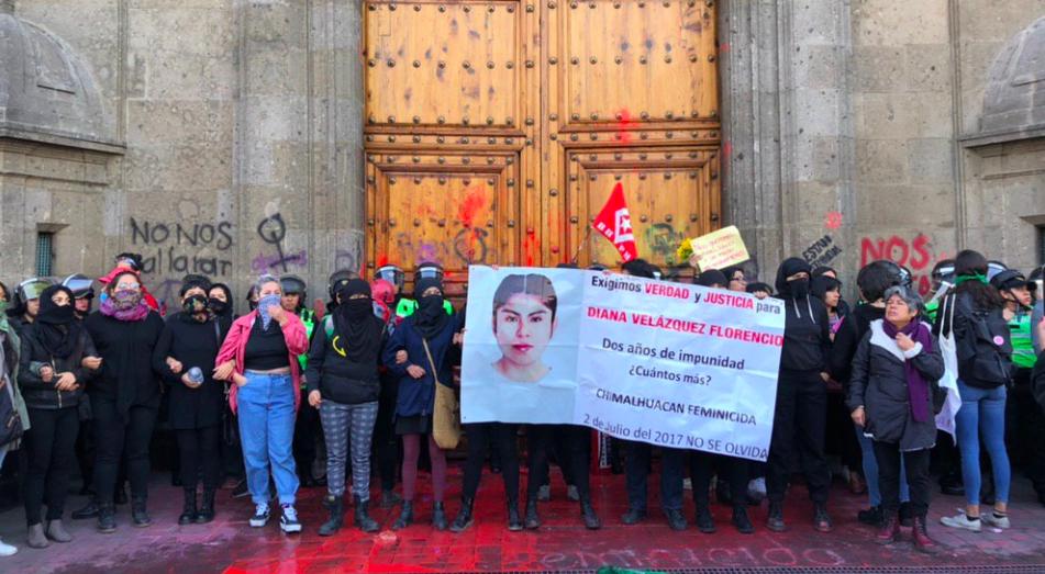 Mujeres realizan pintas en Palacio Nacional en protesta por feminicidio de Ingrid Escamilla