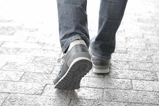 歩く人の後ろ足
