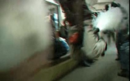 Un ruso volando sentado en un extintor
