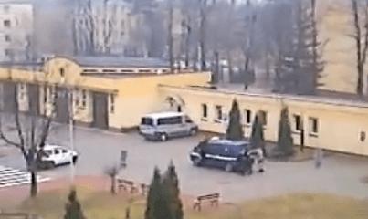 policía polaca entrena empujando para no gastar gasolina
