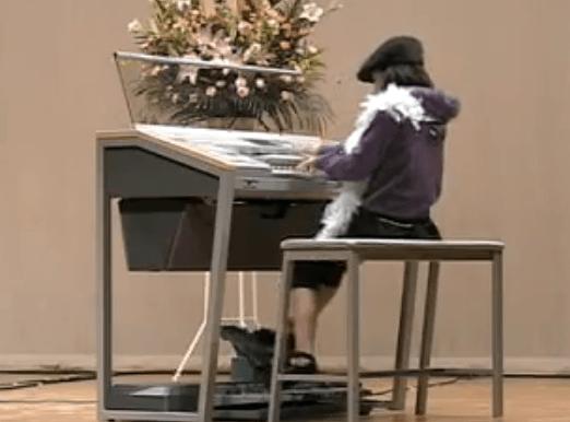 Niña japonesa tocando el sintetizador