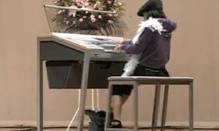 Una niña japonesa virtuosa de los sintetizadores