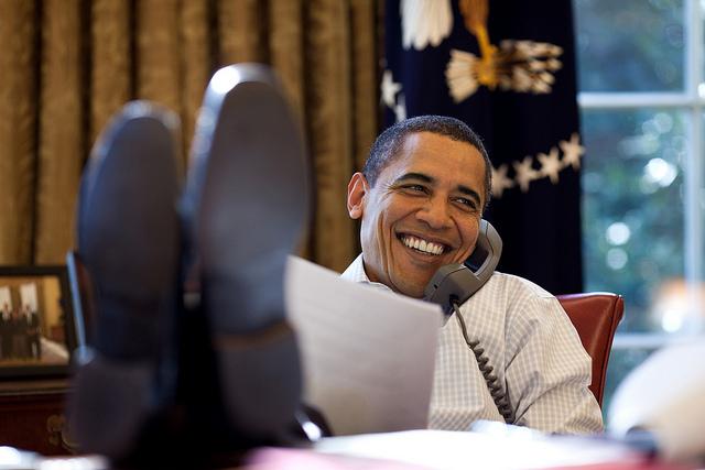 Barack Obama pies sobre la mesa