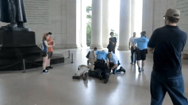 Brutalidad policial por bailar delante de un monumento