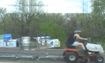 Yankilandia: Una cortacésped tirando de 10 carritos cargados de cerveza