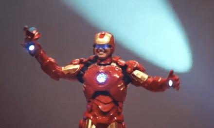 El día de tu graduación el director se presenta vestido de Iron Man