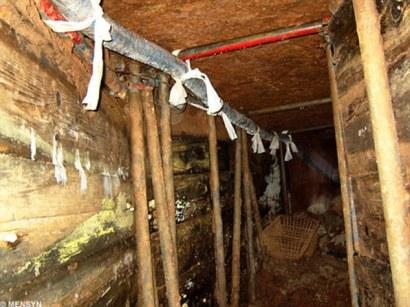 Puntales y cables eléctricos por el túnel