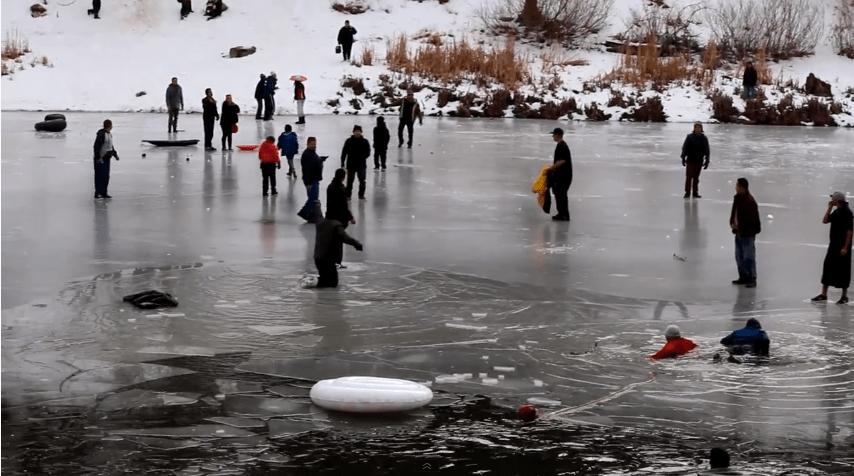 Dramático rescate de un hombre que cayó al agua helada al romperse la capa de hielo