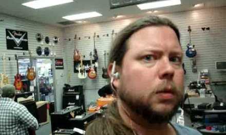 Trabajar en una tienda de instrumentos musicales no es el mejor trabajo del mundo