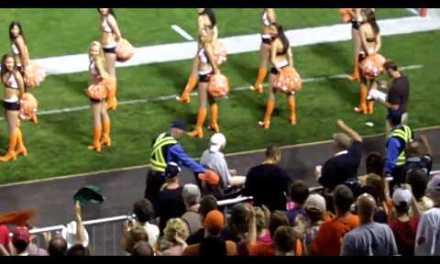 """WTF: Salta un espontáneo """"especial"""" en mitad de un partido de fútbol americano"""