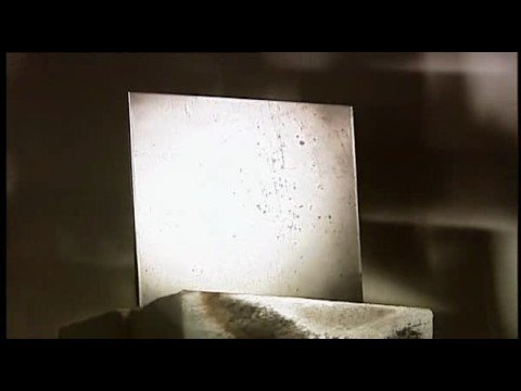 Derritiendo acero con el reflejo de la luz solar