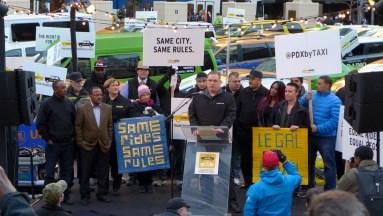 Una protesta en EEUU reclama que los autos UBER cumplan las mismas reglas que los taxis.