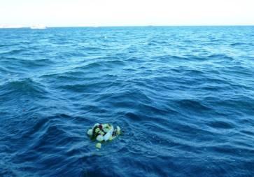 Венци и цветя хвърлиха в морето в памет на починалите моряци и рибари