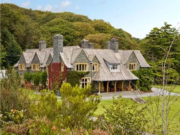 10 incredible big cottages to rent for friends and family get togethers