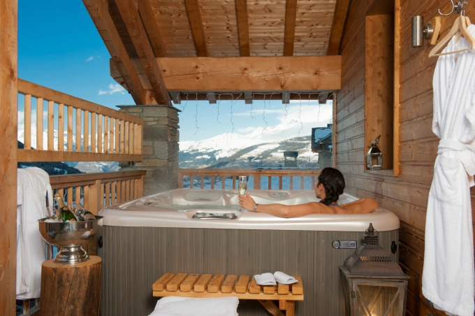 The hot tub on the balcony of Chalet La Marquise.