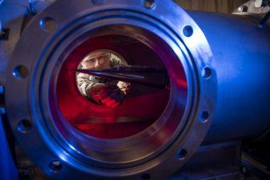 Un cadet de l'Académie de la Force aérienne des États-Unis mesure les pressions, les températures et le champ d'écoulement de divers véhicules de recherche hypersoniques à Mach 6. Les hypersoniques et une meilleure défense antimissile sont des priorités pour Griffin. Crédit: photo de l'armée de l'air américaine par Joshua Armstrong