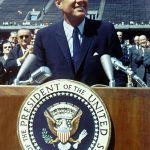 413px-John_F._Kennedy_speaks_at_Rice_University