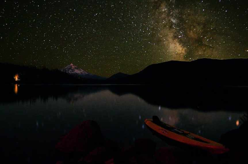 Stargazing near Portland - Lost Lake - Alejandro Rdguez via Flickr