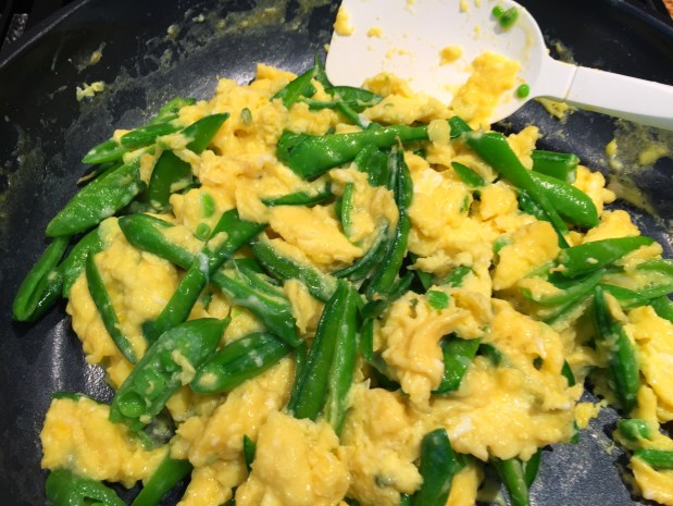 March in the Kitchen – Scrambled Eggs with Goat Cheese and Spring Peas