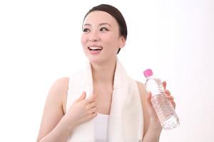 タオルで汗をふく女性