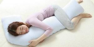 横向きに寝て枕を膝に挟む