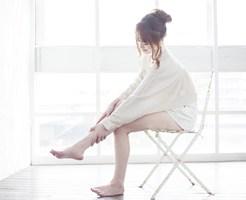 足のむくみをとる女性
